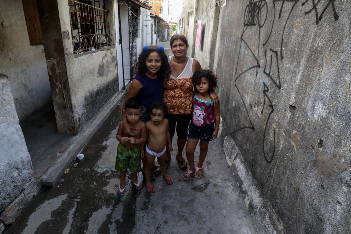 Moradores do Beco da Teleceará receberam notificação para desapropriação de suas residências. No centro, Maria Zilma Ferreira  (Alex Gomes/O Povo)