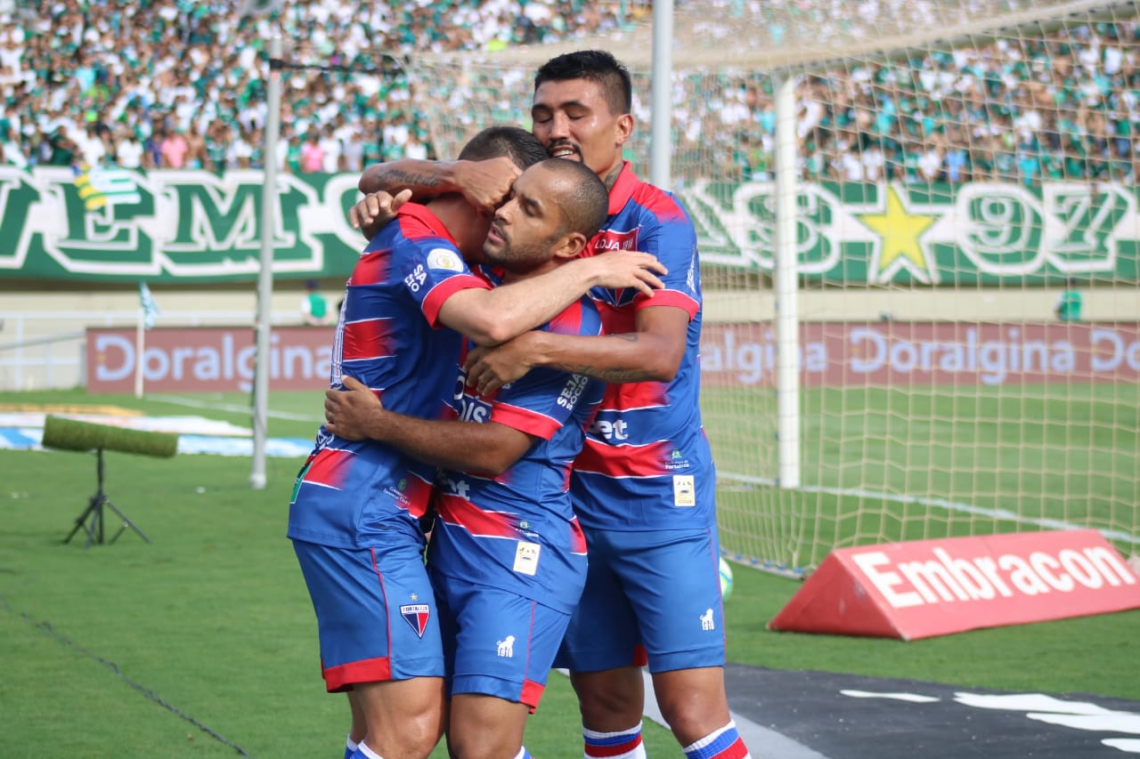 Edinho e Kieza comemoram com Osvaldo segundo gol do Fortaleza