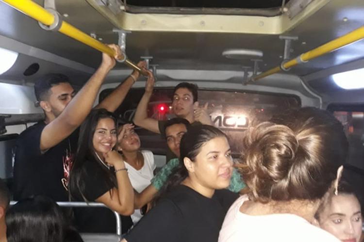 Estudantes aguardam ônibus de volta para Aquiraz por cerca de uma hora