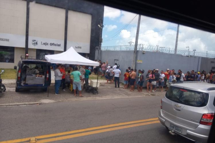 Na sede do clube, torcedores já faziam fila logo cedo  (Foto: Brenno Rebouças/O POVO)