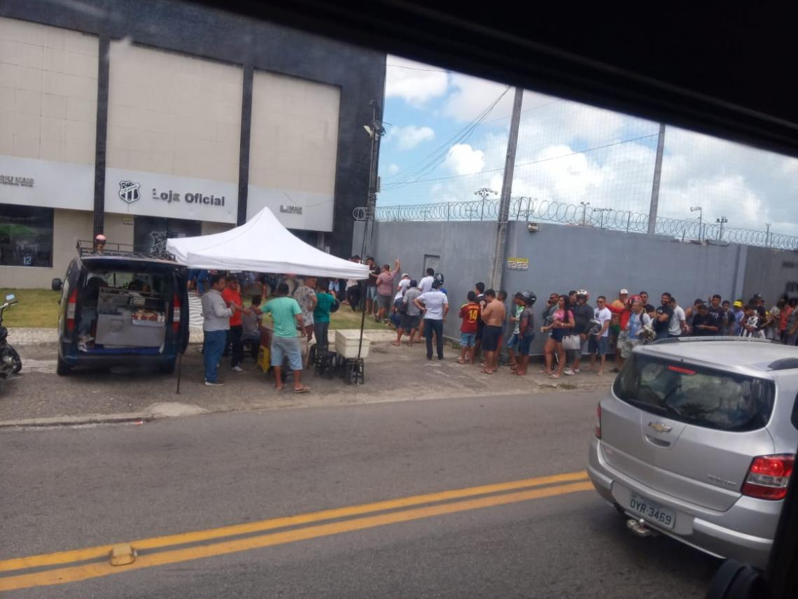Na sede do clube, torcedores já faziam fila logo cedo