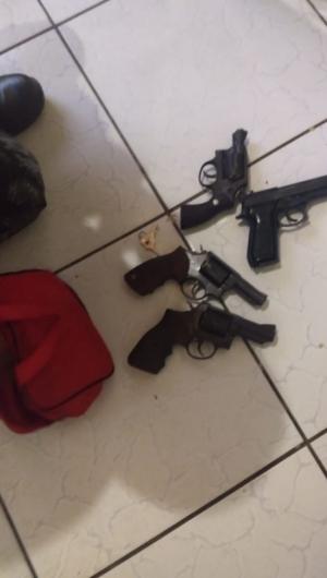 As armas foram apreendidas e encaminhadas ao 32º DP