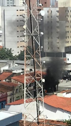 Um incêndio foi registrado em um imóvel localizado próximo a um posto de gasolina na rua Pinto Madeira