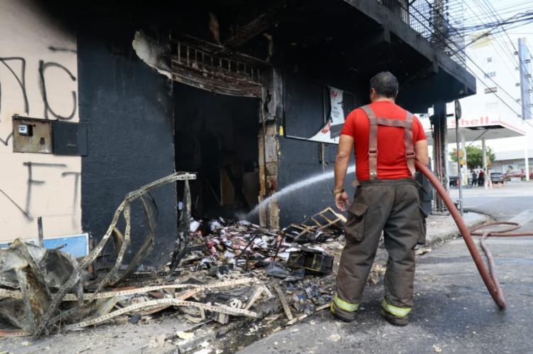 Um incêndio foi registrado em um imóvel localizado próximo a um posto de gasolina na rua Pinto Madeira, no bairro Centro