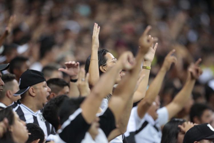 """Torcida do Ceará comprou mais de 8 mil camisas do terceiro uniforme, """"Nação Alvinegra"""", recém-lançado (Foto: JÚLIO CAESAR)"""