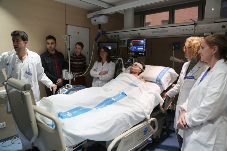 Médicos espanhóis explicam procedimento de ressuscitação de parada cardíaca no hospital de Vall d'Hebron