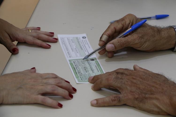 As medidas de proteção adotadas pelo TRE-Ce incluem a demarcação dos espaços físicos das votações, o uso de máscaras e a disponibilidade de álcool em gel para  desinfecção das cabines de votação.  (Foto: MAURI MELO/O POVO)