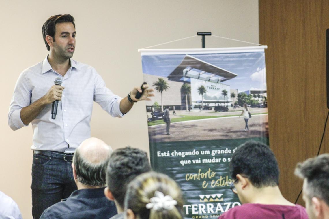 Empresário e diretor do Gran Shopping, Vitor Frota, apresenta detalhes do projeto Terrazo Grand Shopping para o Eusébio. Evento aconteceu no Museu da Fotografia (Sandro Valentim/O POVO)