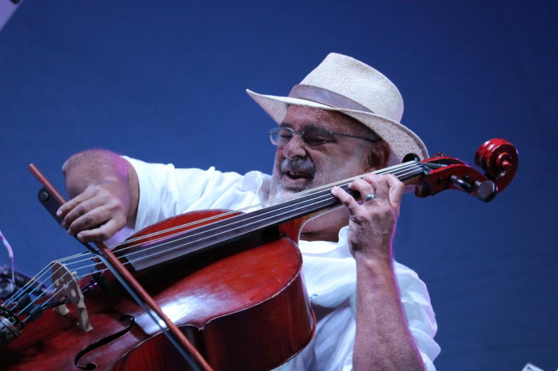 No palco, o violoncelista Jacques Morelenbaum
