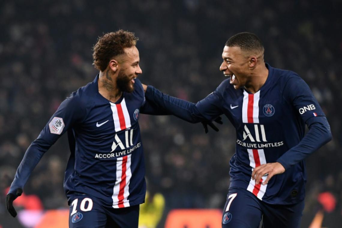 Dupla comemora um dos gols da vitória diante do Nantes por 2 a 0