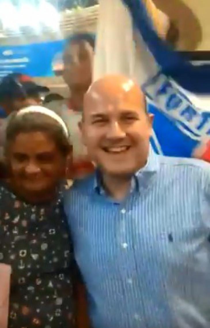 Prefeito Roberto Cláudio foi recebido com cânticos pela torcida do Fortaleza enquanto esperava sua esposa