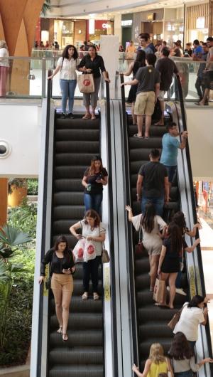 FORTALEZA, CE, BRASIL,  07-12-2019: Promoções no início do ano causam maior fluxo de clientes nos estabelecimentos. (Alex Gomes/O Povo)