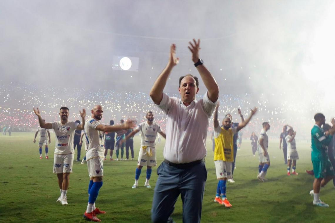 Rogério Ceni e jogadores comemoram campanha do Fortaleza na Série A, após o último jogo da temporada contra o Bahia
