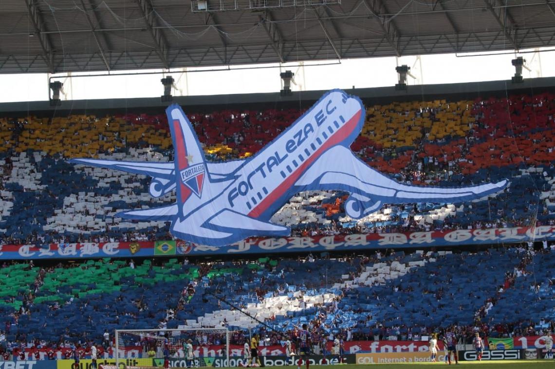 Segundo mosaico da torcida do Fortaleza faz alusão à ida do time para a Copa Sul-Americana.