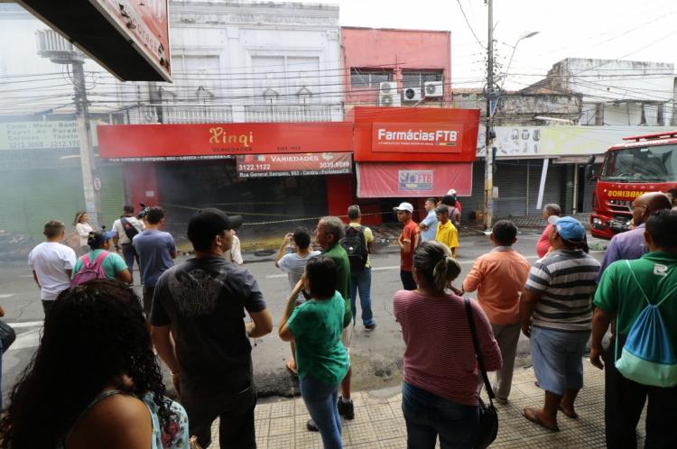 Incêndio de loja na rua General Sampaio, no Centro. (Foto: Mauri Melo/O POVO).