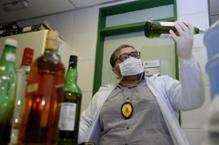A perícia das bebidas falsificadas apreendidas no Ceará são realizadas pelos profissionais na Pefoce