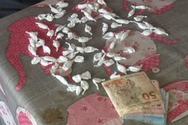 Pacotes de cocaína e dinheiro das atividades de tráfico que foram encontrados com David