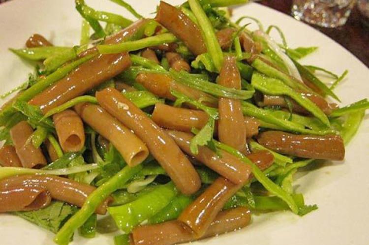 """Prato do """"peixe-pênis"""" servido com verduras"""