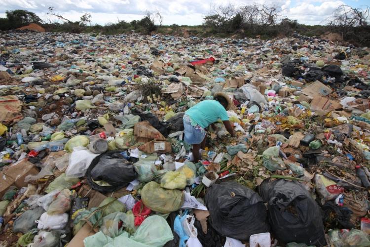 Catadora em meio ao lixão da comunidade do Baixio, que recebe o lixo produzido da Vila de Jericoacoara (Foto: Mateus Dantas em 29/6/2017)