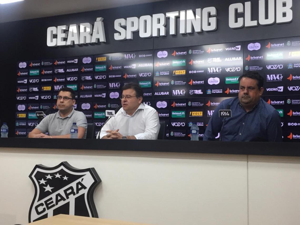 Robinson de Castro junto com os dois gestores de futebol do Ceará, Sérgio Dimas e Jorge Macedo