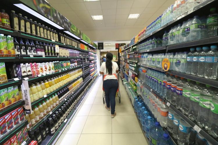 Produtos de supermercado não representam maior risco de transmitir Covid-19, aponta médico (Foto: FÁBIO LIMA/O POVO)