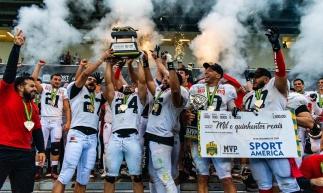 João Pessoa Espectros levantando a taça de campeão brasileiro de futebol americano