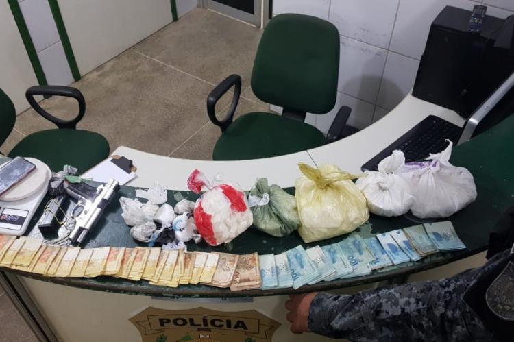 Cotam realizou apreensão de R$ 15 mil em espécie, além de crack, maconha e cocaína