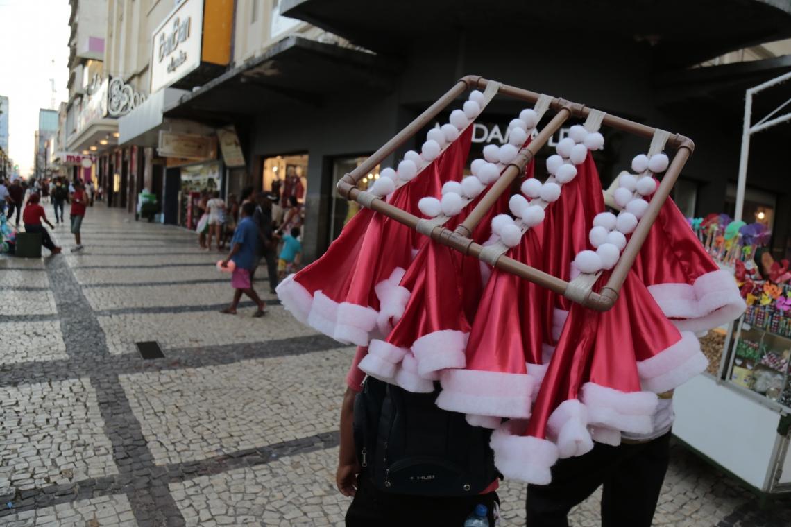 Comerciante expõe produtos natalinos para venda no Centro.