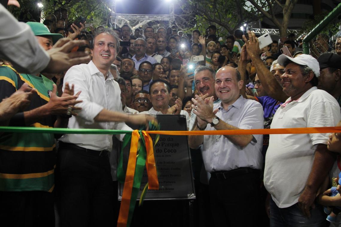 Camilo Santana e Roberto Cláudio revelando a placa de conclusão da Areninha do Parque Estadual do Cocó