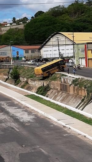 O ônibus caiu na avenida José Alves de Figueiredo, no município do Crato