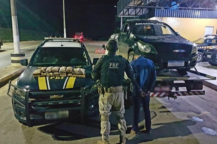 Foram apreendidos 19 kg de cocaína e 1 kg de maconha em dois veículos na BR-222