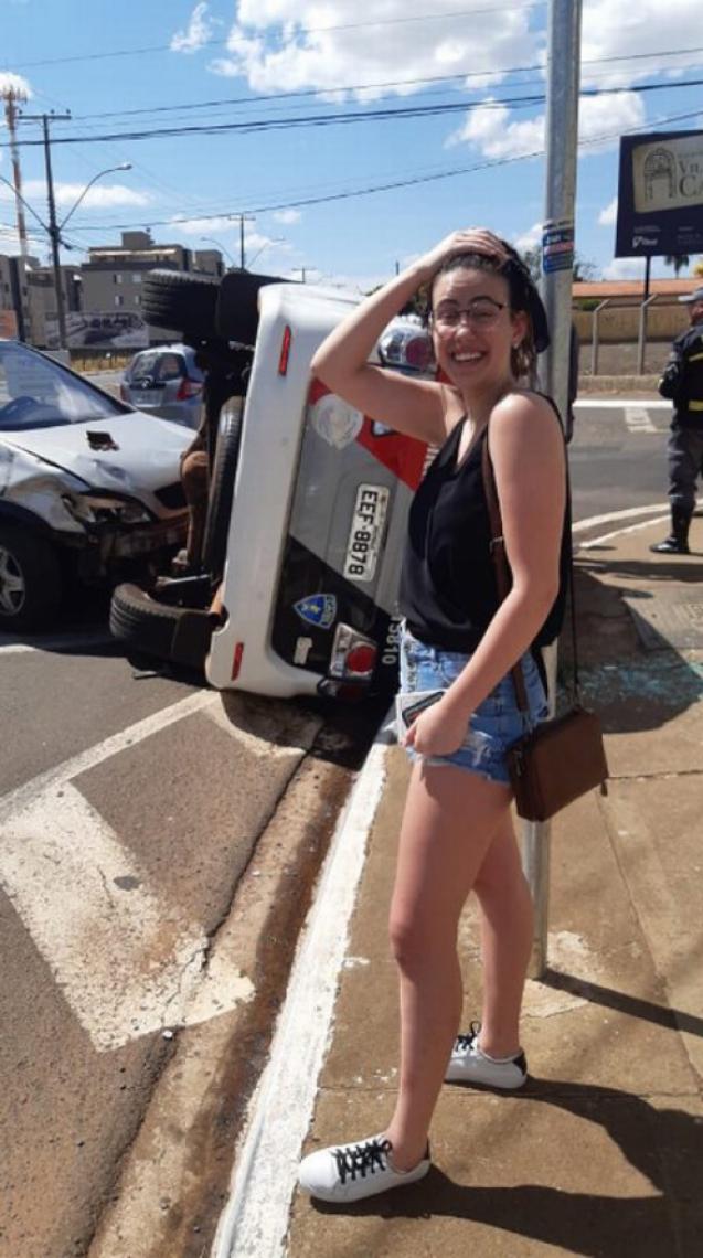mulher recém-habilitada bate em carro da polícia. O caso repercutiu nas redes sociais