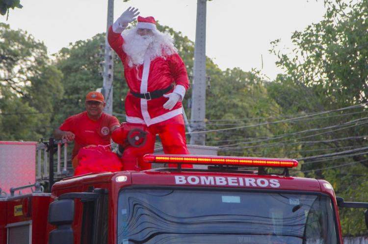 FORTALEZA, CE, BRASIL, 18-12-2019. Chegada do Papai Noel no corpo de bombeiros. Bairro Jacarecanga. (Foto: Beatriz Boblitz/ O POVO)