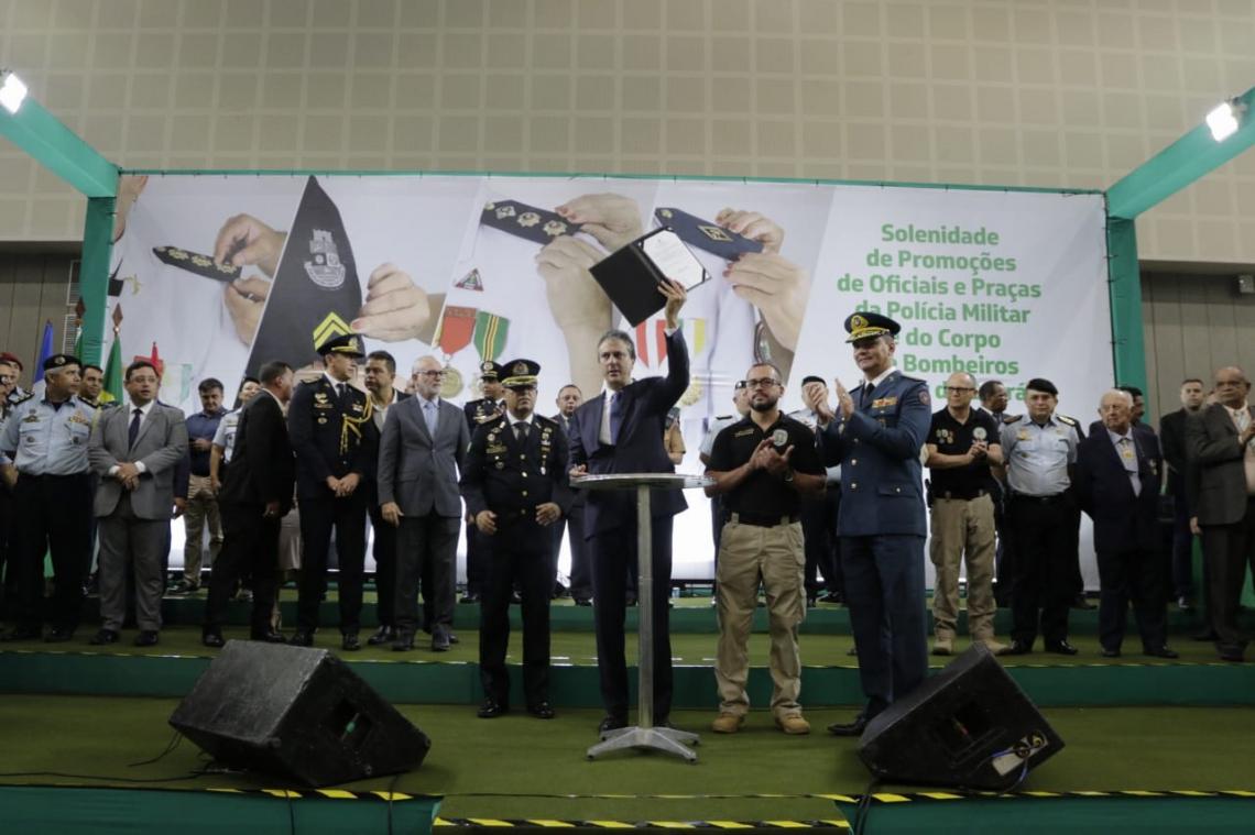 Além de Camilo Santana, o secretário da SSPDS, André Costa, o comandante da PMCE, Alexandre Ávila, e o comandante do Corpo de Bombeiros, Eduardo Holanda, também estavam presentes