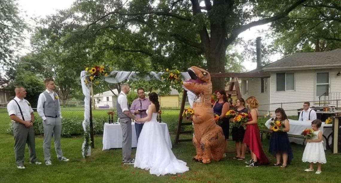 A noiva disse que podia escolher qualquer coisa, então a madrinha foi vestida de t-rex