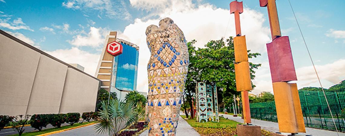 Escultura de Francisco Brennand no estacionamento do shopping Recife