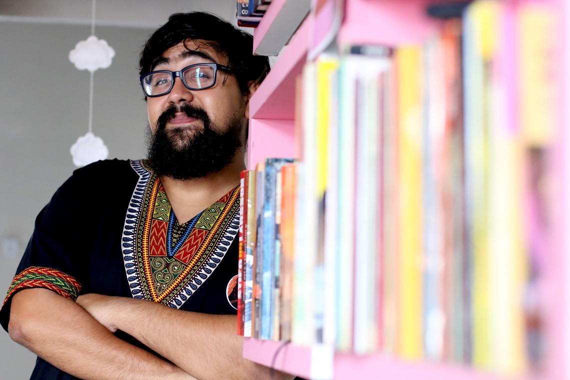 Talles tem vasto repertório em contação de histórias e saraus em Fortaleza. (Foto: FÁBIO LIMA/O POVO)