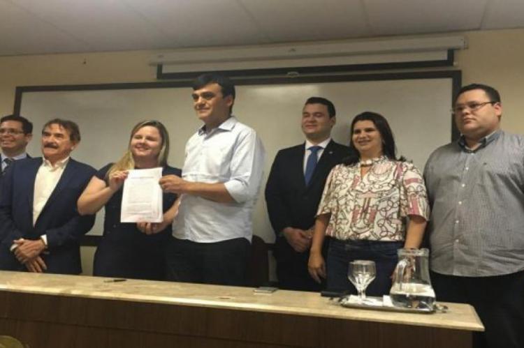 Prefeito de Caucaia, Naumi Amorim, assinou nesta quarta-feira, 18, um Termo de Compromisso e Ajustamento de Conduta (TAC) no qual assume o compromisso de reformar 14 escolas do município até 2020
