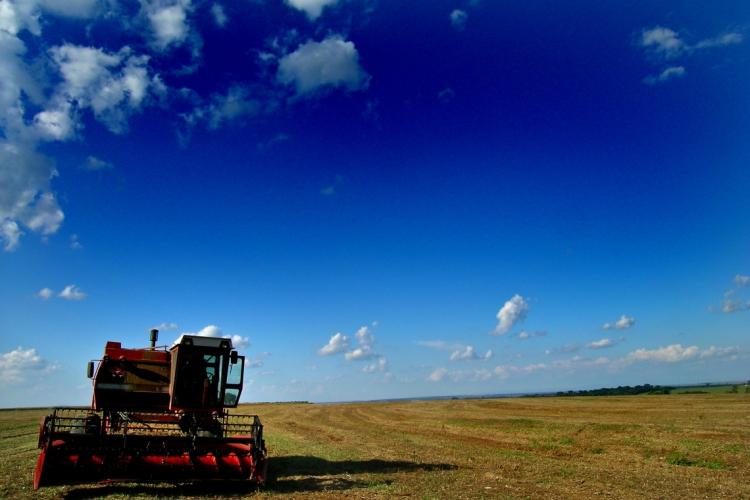 Colheitadeira agrícola aguarda no campo apos a colheita da soja ter sido feita em Leme, SP. (Foto: Alf Ribeiro / AE)