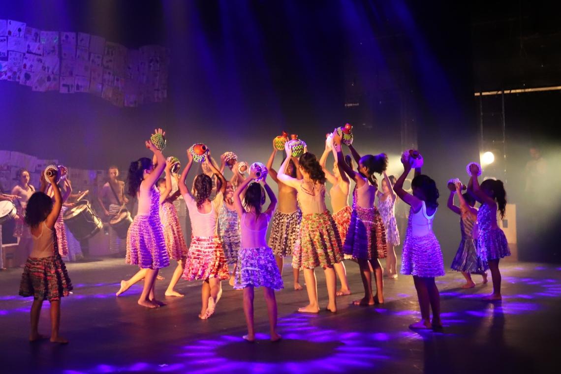 Espetáculo conta histórias de escola e comunidade