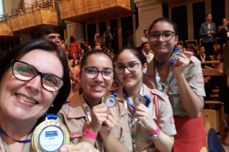 Estudantes do Colégio Militar exibem medalha de ouro da 6ª edição da Olimpíada de Língua Portuguesa