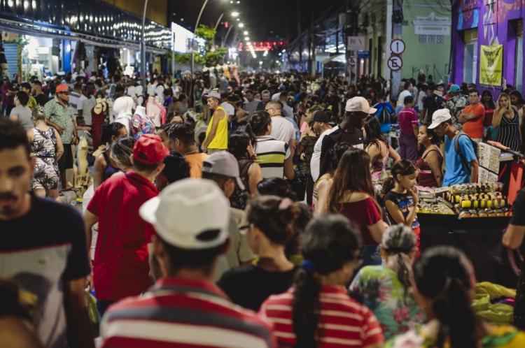 FORTALEZA, CE, BRASIL, 21-12-2019:  Movimentação de natal na Rua José Avelino onde tem o comercio de rua com muito ambulantes, e com grande movimento para o natal. (Foto: Aurelio Alves/O POVO).