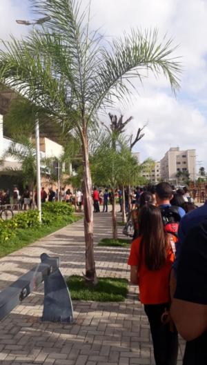 Fila de pessoas esperavam para entrar no terminal de Messejana nesta segunda-feira, 23