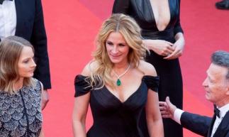 A canhota Julia Roberts em premiação em Cannes (Foto: Reprodução/Vogue US)