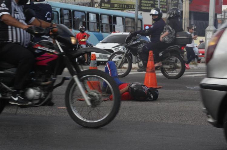 Registro de acidente com motociclista no cruzamento das avenidas Aguanambi com Domingos Olímpio