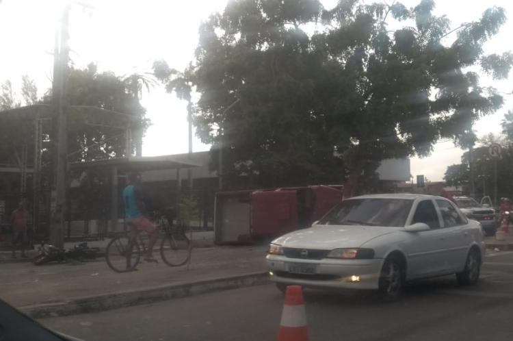 Acidente em frente a Guararapes força condutores a utilizarem via sentido para o Terminal do Antonio Bezerra como mão dupla
