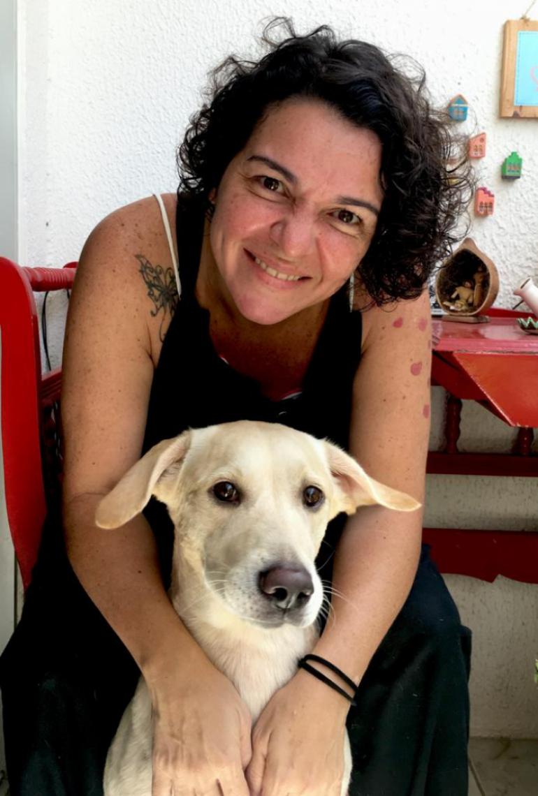 Camille com sua Labrador-Dálmata Pérola, de 4 anos