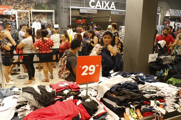 FORTALEZA, CE, BRASIL, 24-12-2019: Último dia pra fazer compras de Natal, nas lojas do Centro. (Foto: Mauri Melo/O POVO).