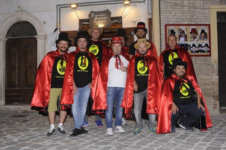 Mais de 30 pessoas fazem parte da organização, que atua em pequena cidade da Itália