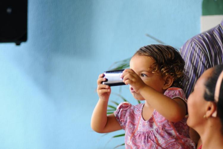 Criança usando celular: pesquisa de agência japonesa aponta prejuízo em força física e capacidade atlética para os pequenos
